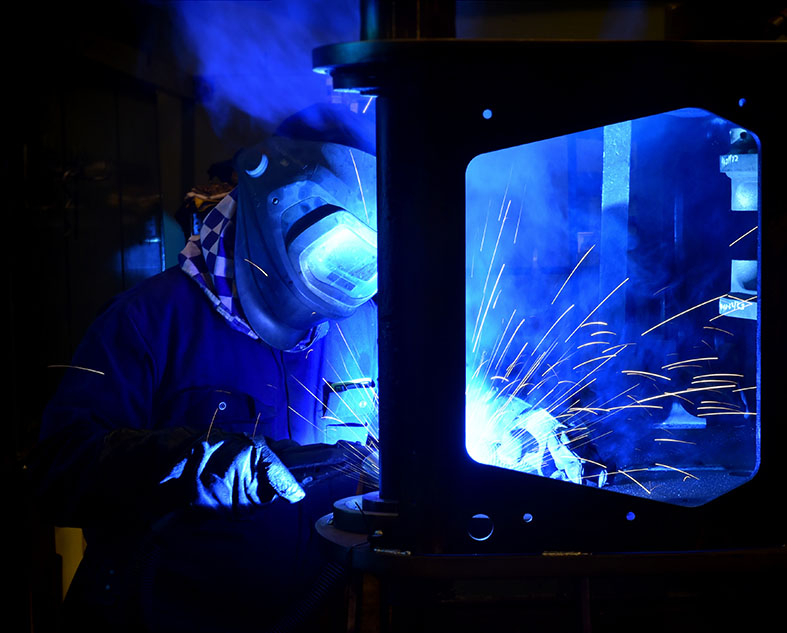 31. Welding a cross member to the chassis side plate-2.JPG